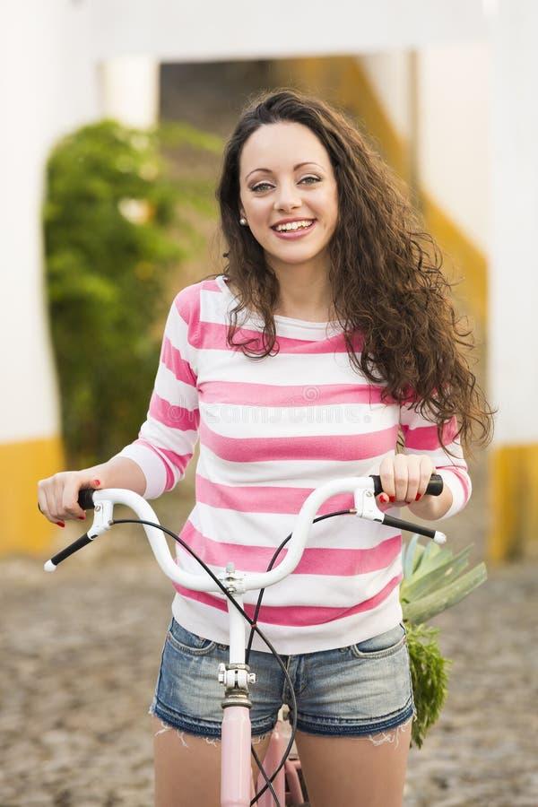 Счастливая девушка ехать велосипед стоковое фото rf