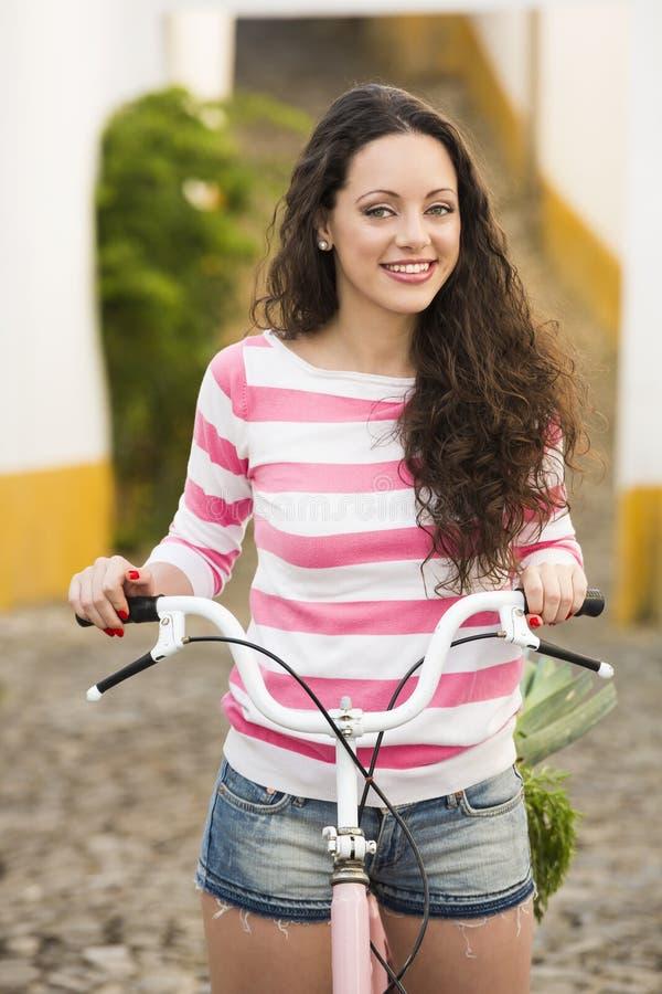 Счастливая девушка ехать велосипед стоковое изображение rf