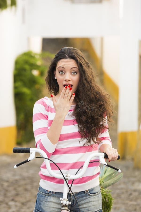 Счастливая девушка ехать велосипед стоковая фотография rf