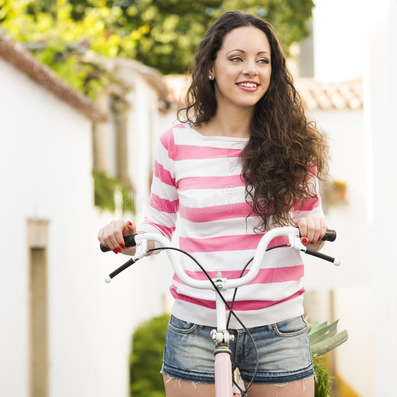 Счастливая девушка ехать велосипед стоковые фото