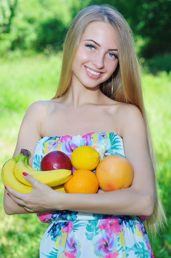 Счастливая девушка и здоровая вегетарианская еда, плодоовощ стоковое изображение rf