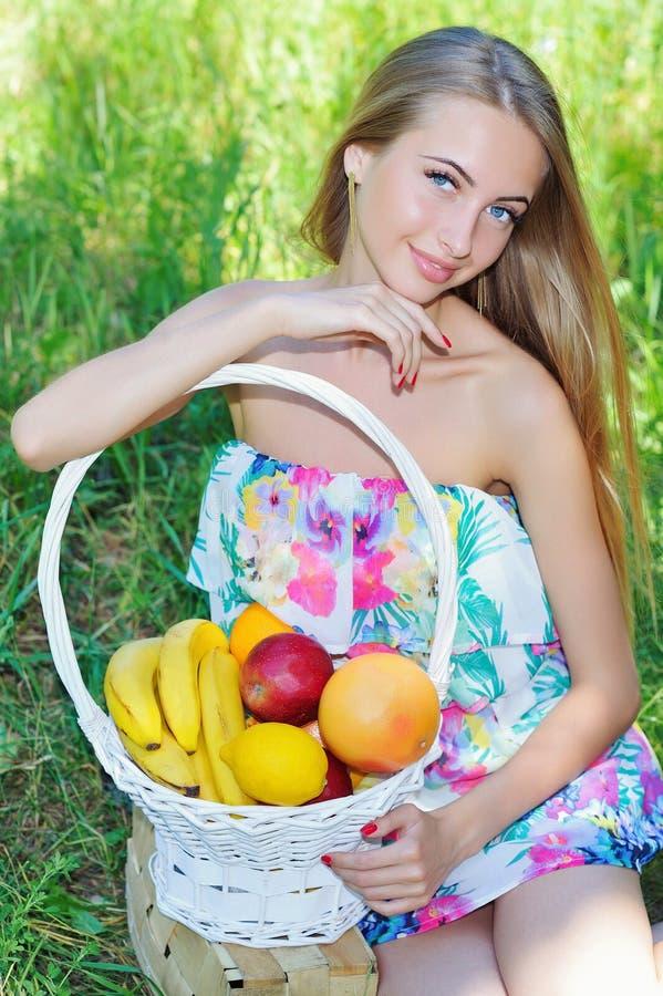 Счастливая девушка и здоровая вегетарианская еда, плодоовощ стоковые фото