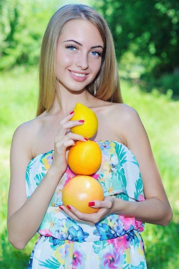 Счастливая девушка и здоровая вегетарианская еда, плодоовощ стоковое изображение