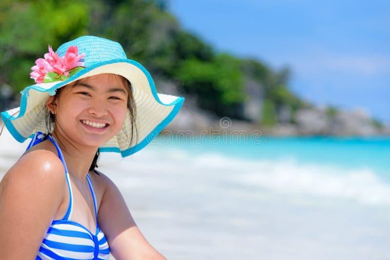Счастливая девушка на пляже на Таиланде стоковая фотография rf