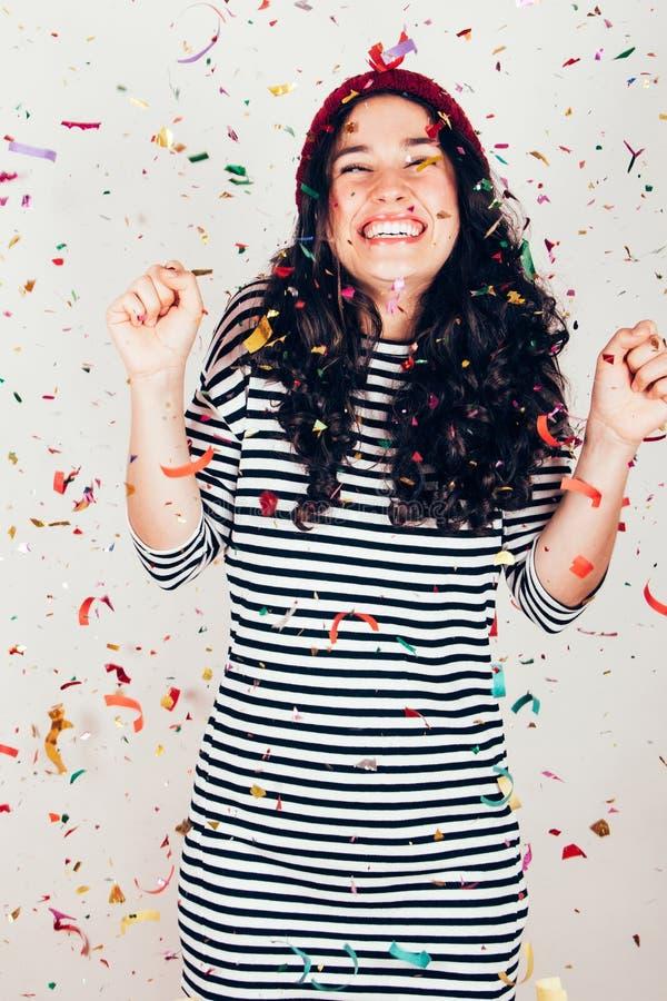 Счастливая девушка партии с confetti стоковое фото
