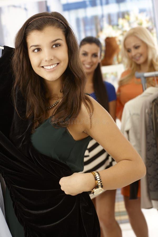 Счастливая девушка на магазине одежд стоковая фотография rf