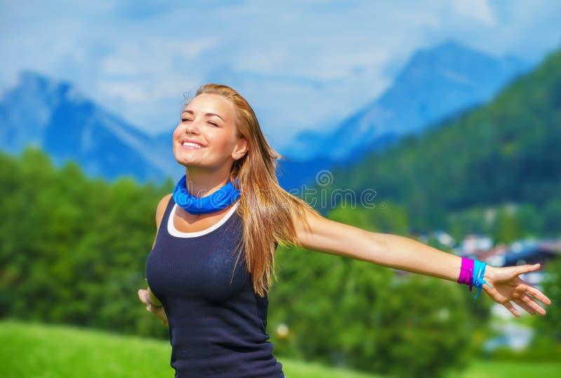Счастливая девушка путешественника стоковое фото