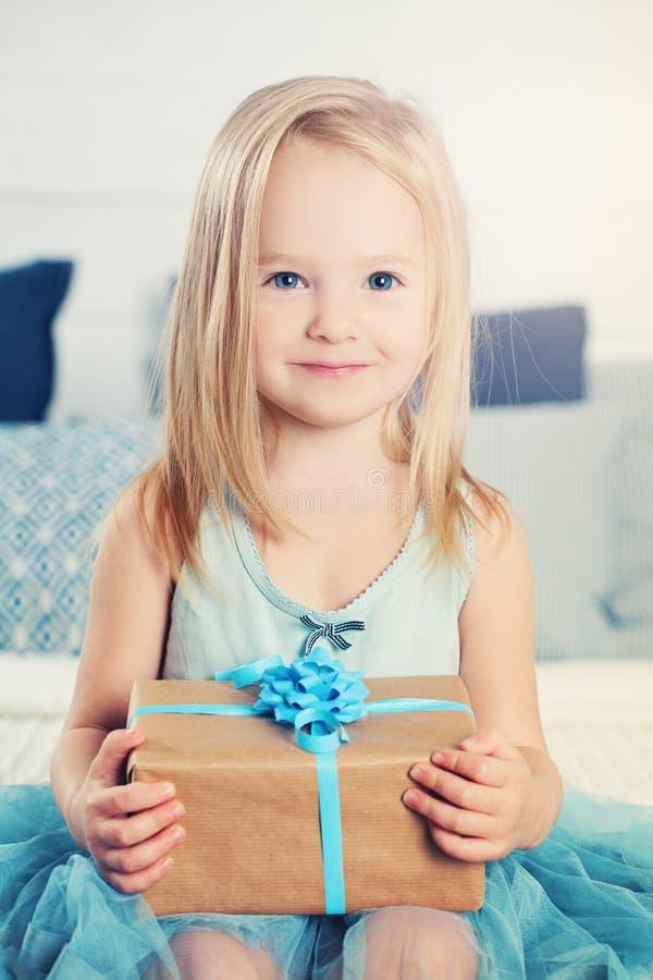 Счастливая девушка ребенка с подарком красивейшая девушка немногая стоковые изображения