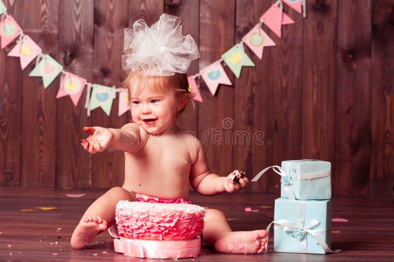 Счастливая девушка ребенка с тортом стоковые фотографии rf