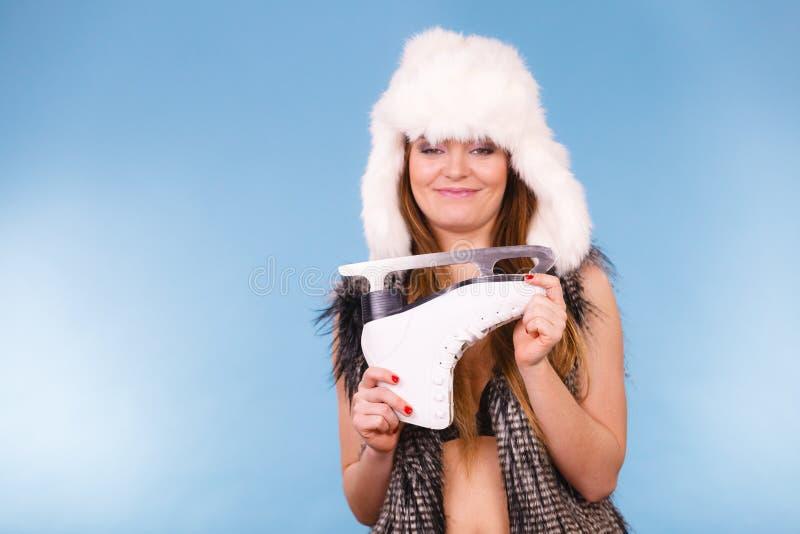 Счастливая девушка с белым коньком стоковые фото