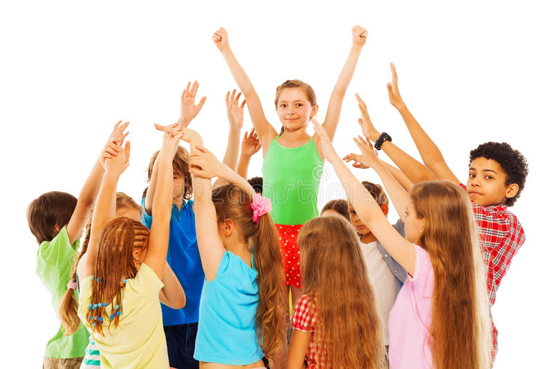 Счастливая девушка с поднятыми руками в группе в составе дети стоковое изображение rf