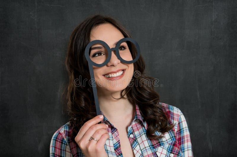 Счастливая девушка с смешными стеклами стоковая фотография rf
