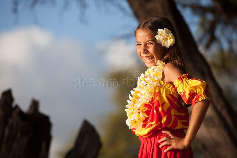 Счастливая девушка Hula на пляже стоковая фотография rf