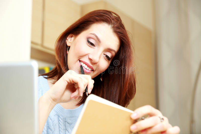 Download Счастливая деятельность женщины Стоковое Изображение - изображение насчитывающей смотреть, компьтер: 37926381