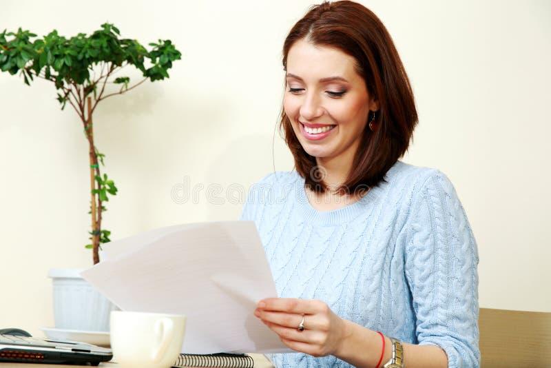 Download Счастливая деятельность женщины Стоковое Фото - изображение насчитывающей компьютер, возмужало: 37926532