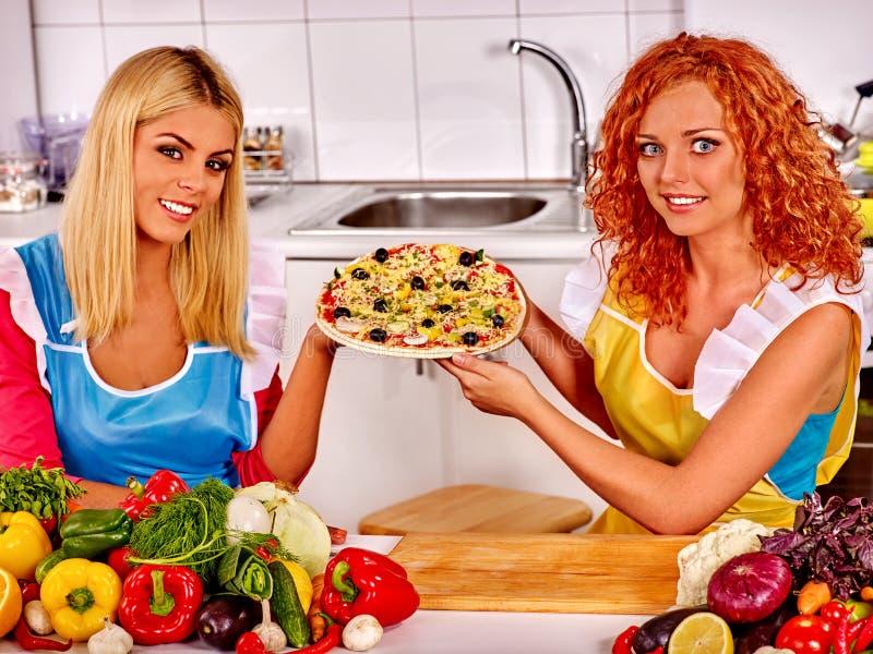 Счастливая женщина варя пиццу стоковая фотография