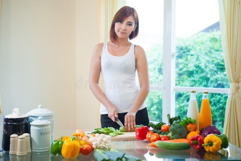 Download Счастливая женщина варя салат овощей зеленый Стоковое Фото - изображение насчитывающей green, женщина: 40582648