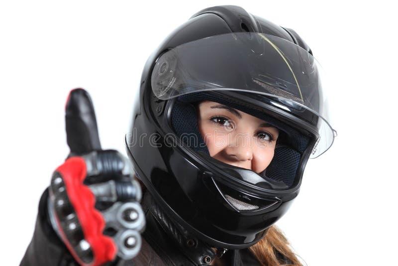 Счастливая женщина велосипедиста с шлемом и большим пальцем руки дороги вверх стоковые фотографии rf