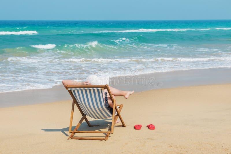 Счастливая женщина в белом sunhat на пляже стоковые изображения rf