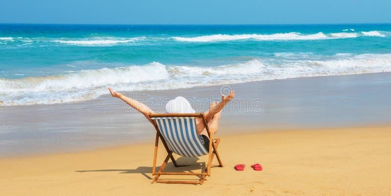 Счастливая женщина в белом sunhat на пляже стоковые фото
