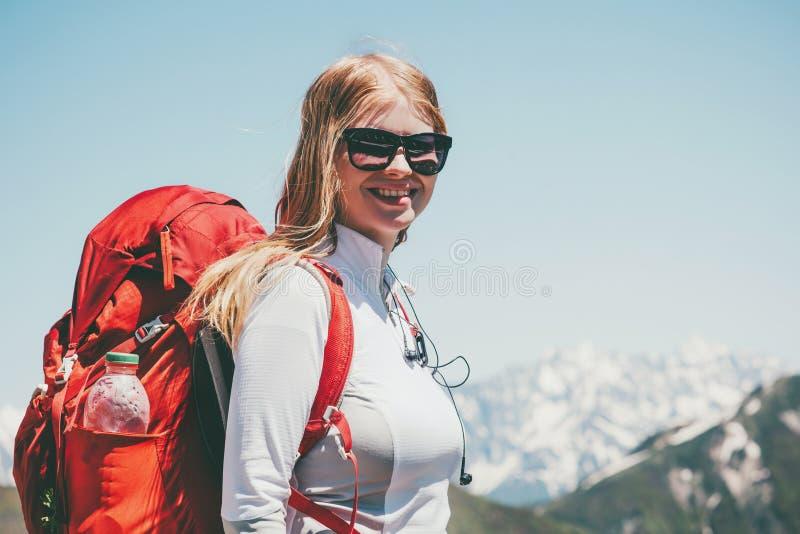 Счастливая женщина в горах с рюкзаком стоковые фотографии rf