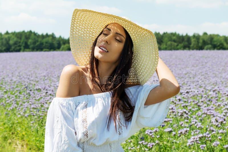 Счастливая женщина в поле лета Маленькая девочка ослабляет outdoors черная изолированная свобода принципиальной схемы стоковое изображение rf