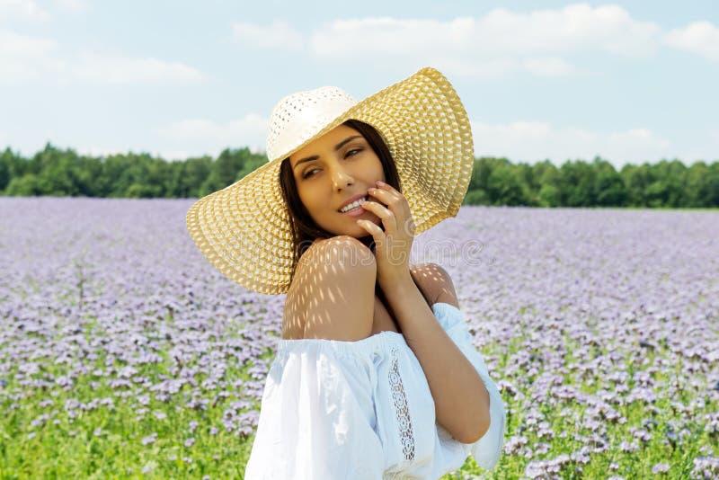 Счастливая женщина в поле лета Маленькая девочка ослабляет outdoors черная изолированная свобода принципиальной схемы стоковые фотографии rf