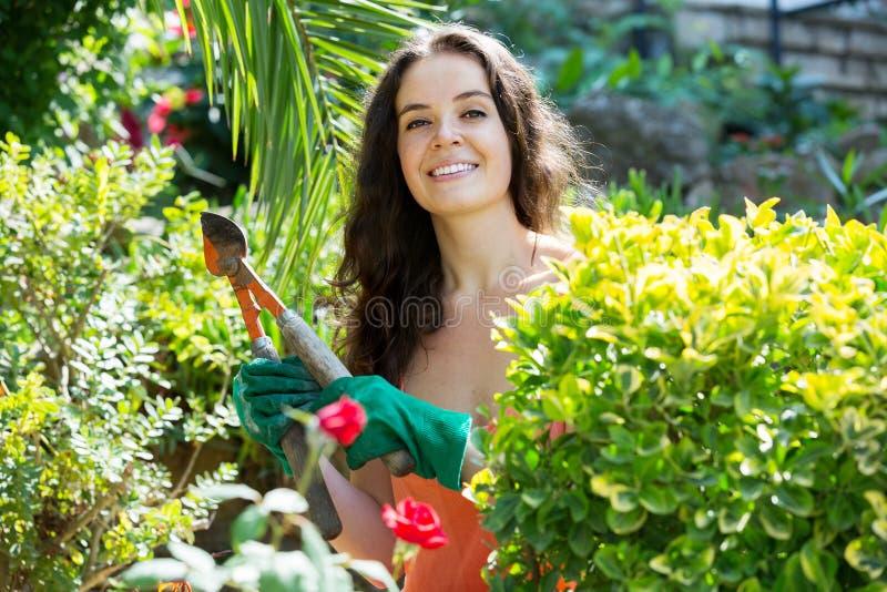 Счастливая женщина в садовничать стоковые фотографии rf