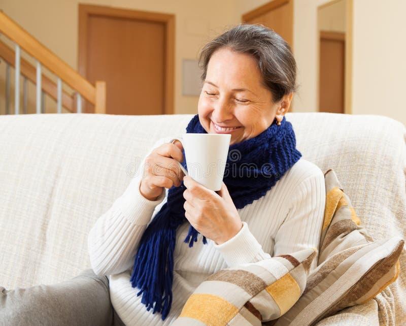 Download Счастливая женщина в теплом шарфе Стоковое Изображение - изображение насчитывающей инфлуенза, чашка: 37925919