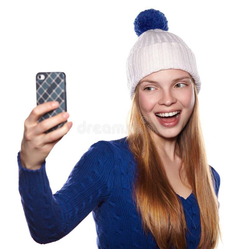 Счастливая женщина в ткани зимы делая фото selfie стоковое изображение rf