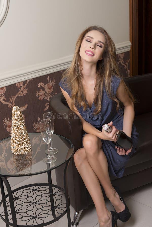 Счастливая женщина готовая для здравицы стоковая фотография