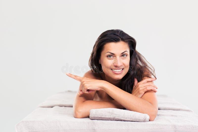 Счастливая женщина лежа на lounger массажа стоковое фото