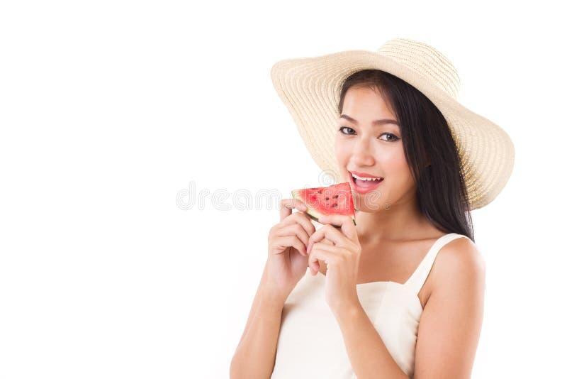 Счастливая женщина есть арбуз, концепцию временени стоковая фотография rf