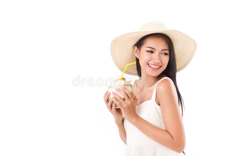 Счастливая женщина лета наслаждаясь свежим соком кокоса стоковая фотография rf