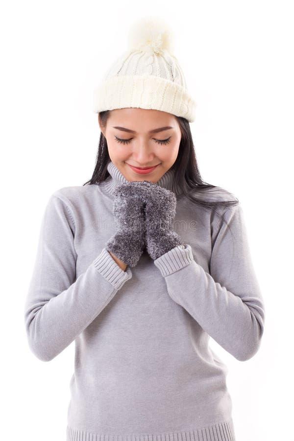 Счастливая женщина делая желание или моля в падении или зиме стоковое фото rf