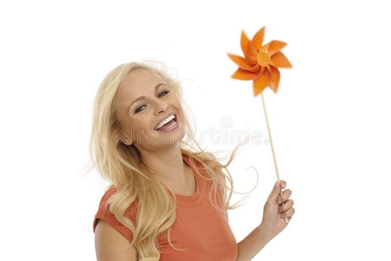 Счастливая женщина имея pinwheel стоковое изображение