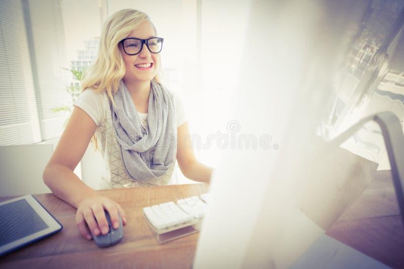 Счастливая женщина используя компьютер стоковое изображение