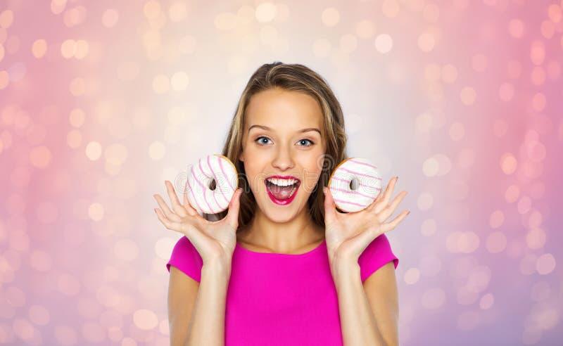Счастливая женщина или предназначенная для подростков девушка с donuts стоковые фото