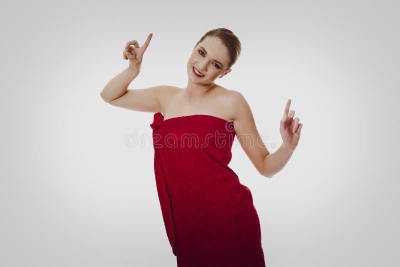 Счастливая женщина курорта обернутая в полотенце стоковое изображение rf