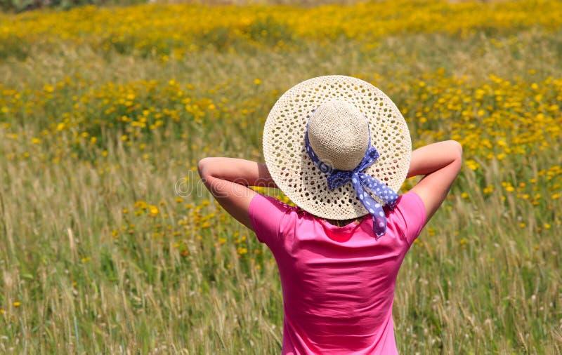 Счастливая женщина наслаждается полями цветка лета стоковая фотография rf