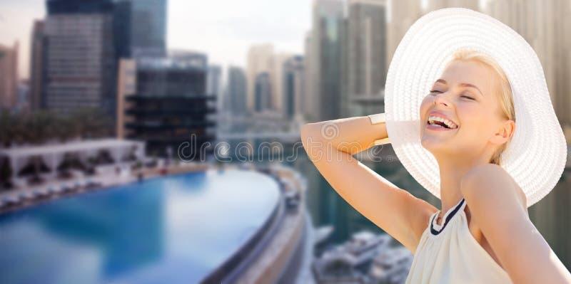 Счастливая женщина наслаждаясь летом над городом Дубай стоковые фотографии rf