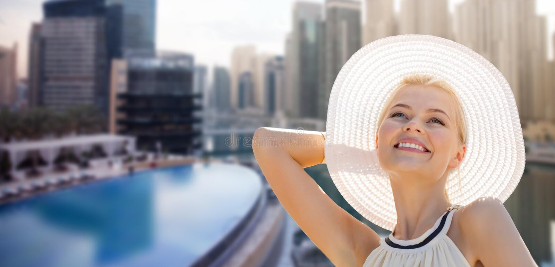 Счастливая женщина наслаждаясь летом над городом Дубай стоковые изображения
