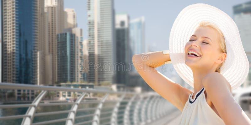 Счастливая женщина наслаждаясь летом над городом Дубай стоковая фотография rf