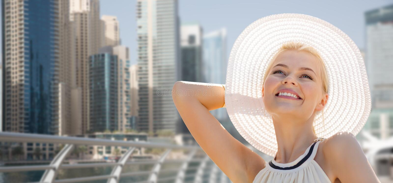 Счастливая женщина наслаждаясь летом над городом Дубай стоковая фотография
