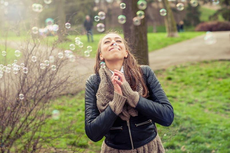 Счастливая женщина наслаждаясь жизнью стоковые фотографии rf