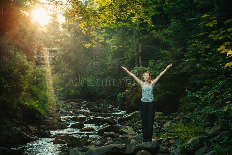 Счастливая женщина наслаждаясь природой в лесе стоковое изображение