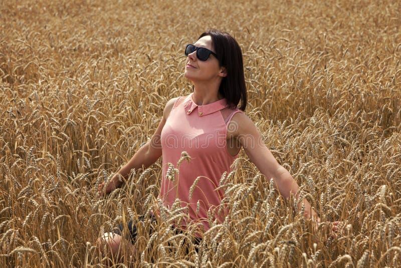 Счастливая женщина наслаждаясь славной погодой стоковое изображение rf