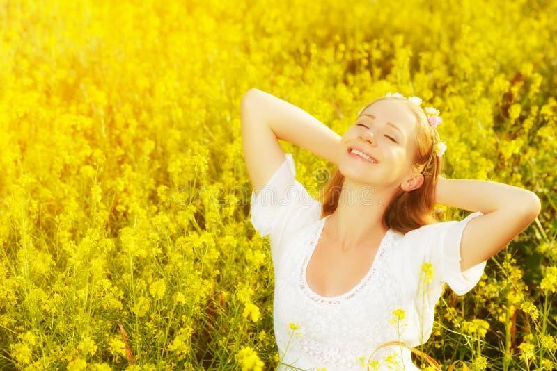 Счастливая женщина наслаждаясь лугом лета желтых цветков стоковая фотография rf