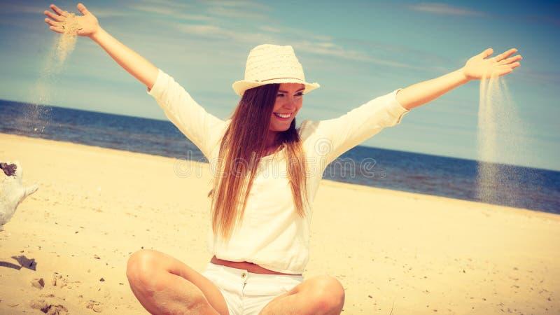 Счастливая женщина на пляже лета стоковое изображение rf