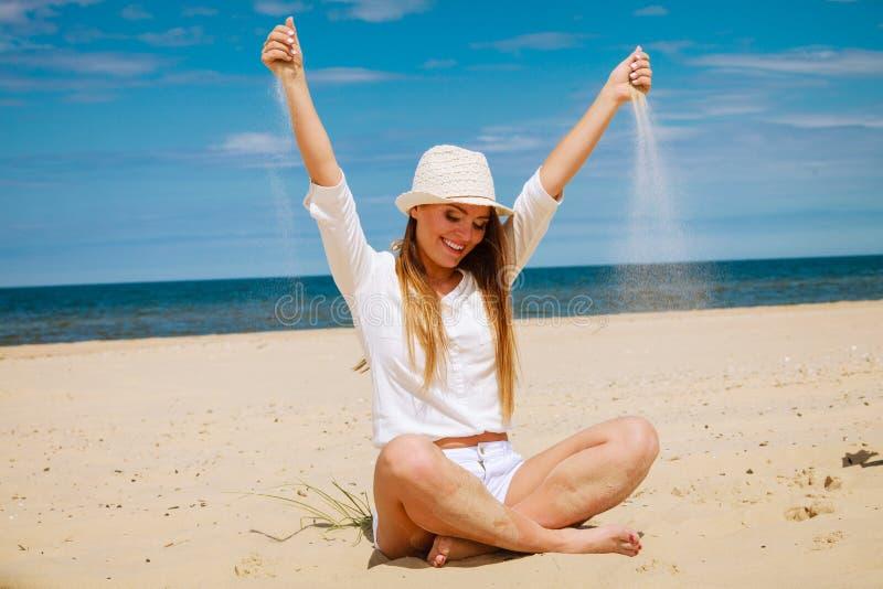 Счастливая женщина на пляже лета стоковые фотографии rf